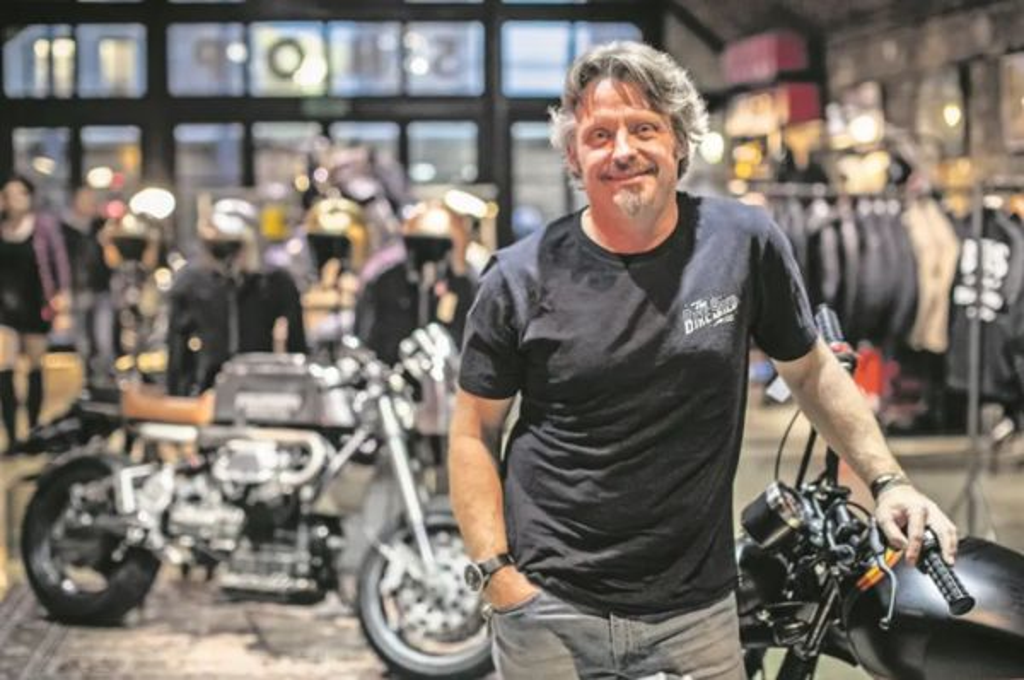 Charley Boorman, salah satu juri The Covid Custom Motorcycle Show. pipeburn