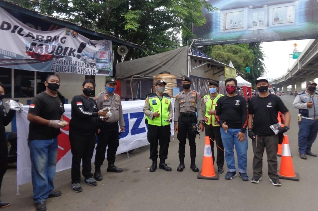 Karyawan Suzuki Gandeng Komunitas Bandit Bagi-bagi Masker dan Takjil. dok bci
