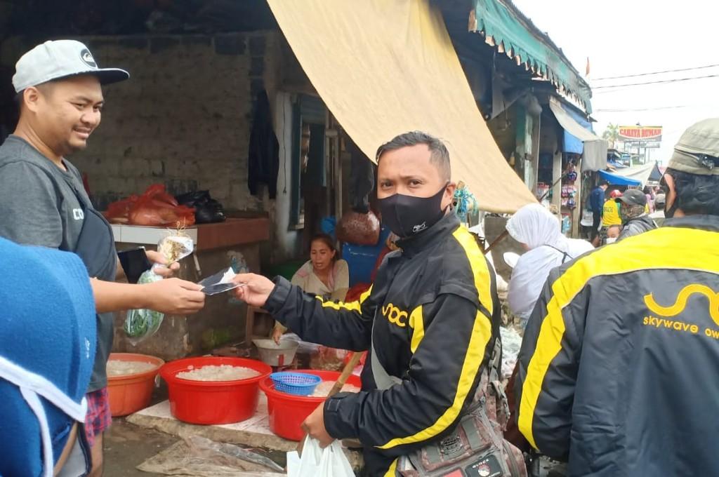 Karyawan Suzuki gandeng komunitas Skywave bagi-bagi masker. dok soc