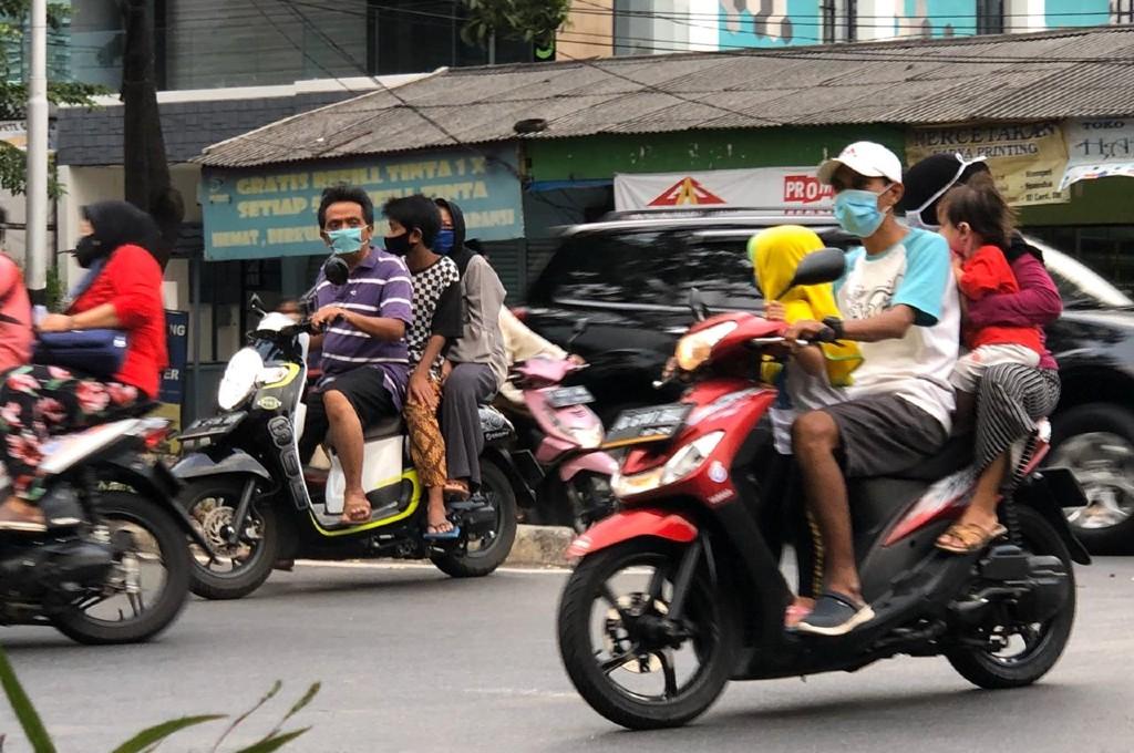 Pengendara bermasker tanpa helm jadi pemandangan baru sejak PSBB. garuda/medcom