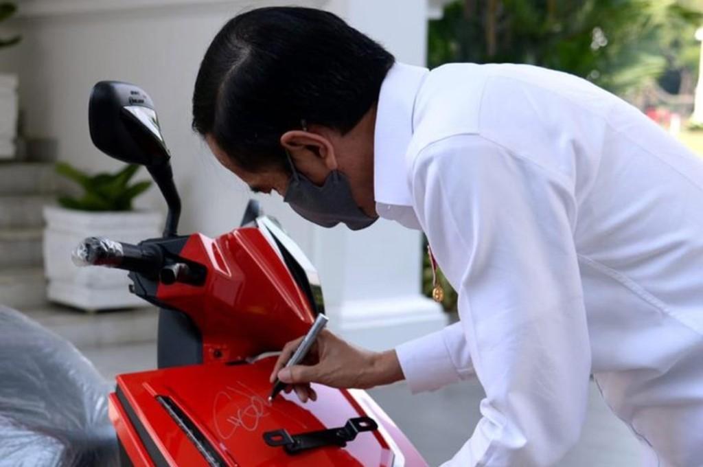 Sepeda motor listrik Gesits milik Presiden Joko Widodo laku terjual senilai Rp2,5 miliar. antara