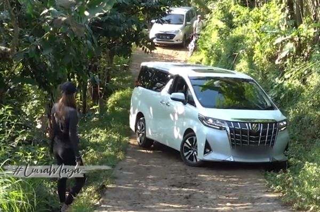 Toyota Alphard milik Luna Maya gagal nanjak di kawasan Bogor.
