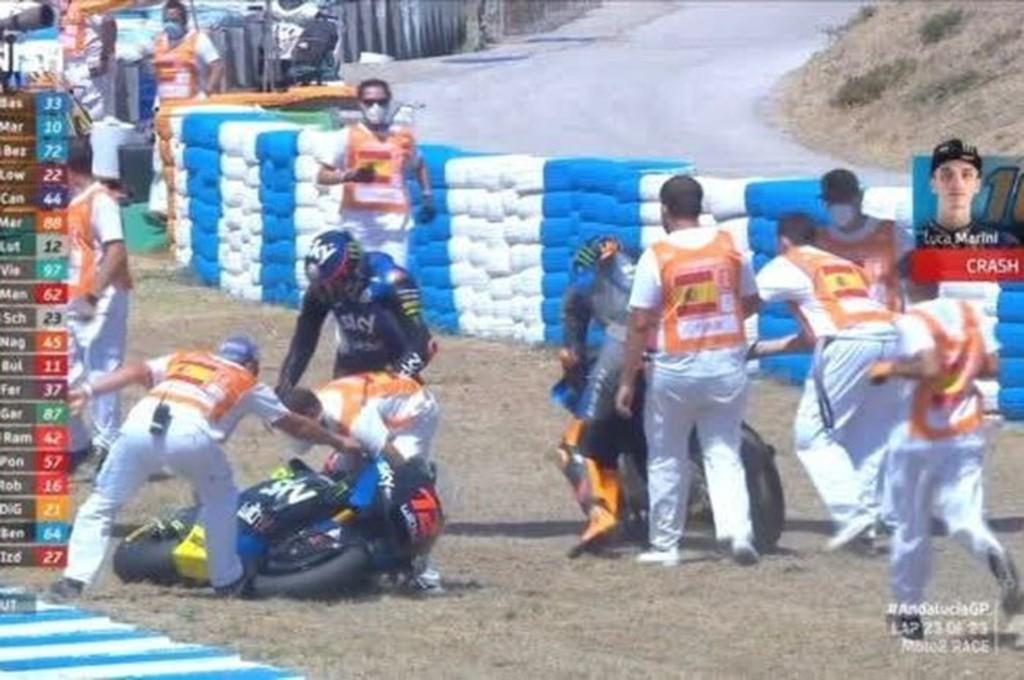 Luca Marini bersama rekan setimnya Marco Bezzecchi sama-sama terjatuh saat selebrasi di Moto2 Andalusia. motogp