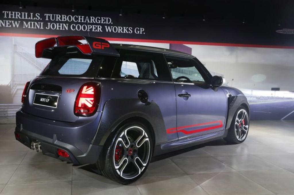 Mini John Cooper Works hanya tersedia 12 unit di Indonesia dengan banderol Rp1,5 Miliar. mini