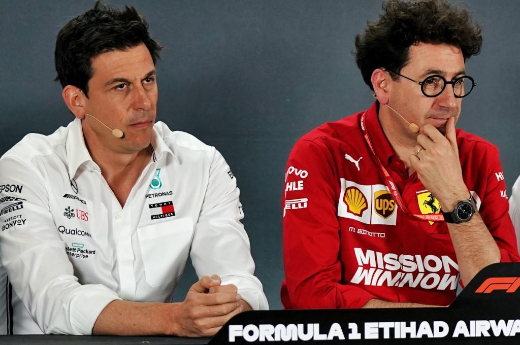 Mattia Binotto (kanan) ogah tanggapi komentar bos Mercedes Toto Wolff. planetf1