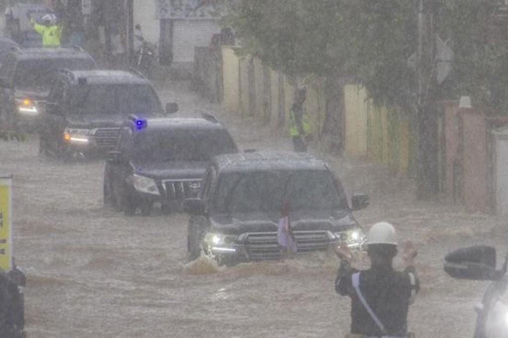 Mobil dinas Presiden Jokowi terjang banjir di Banjar, Kalsel (Foto: antara/bayu pratama)