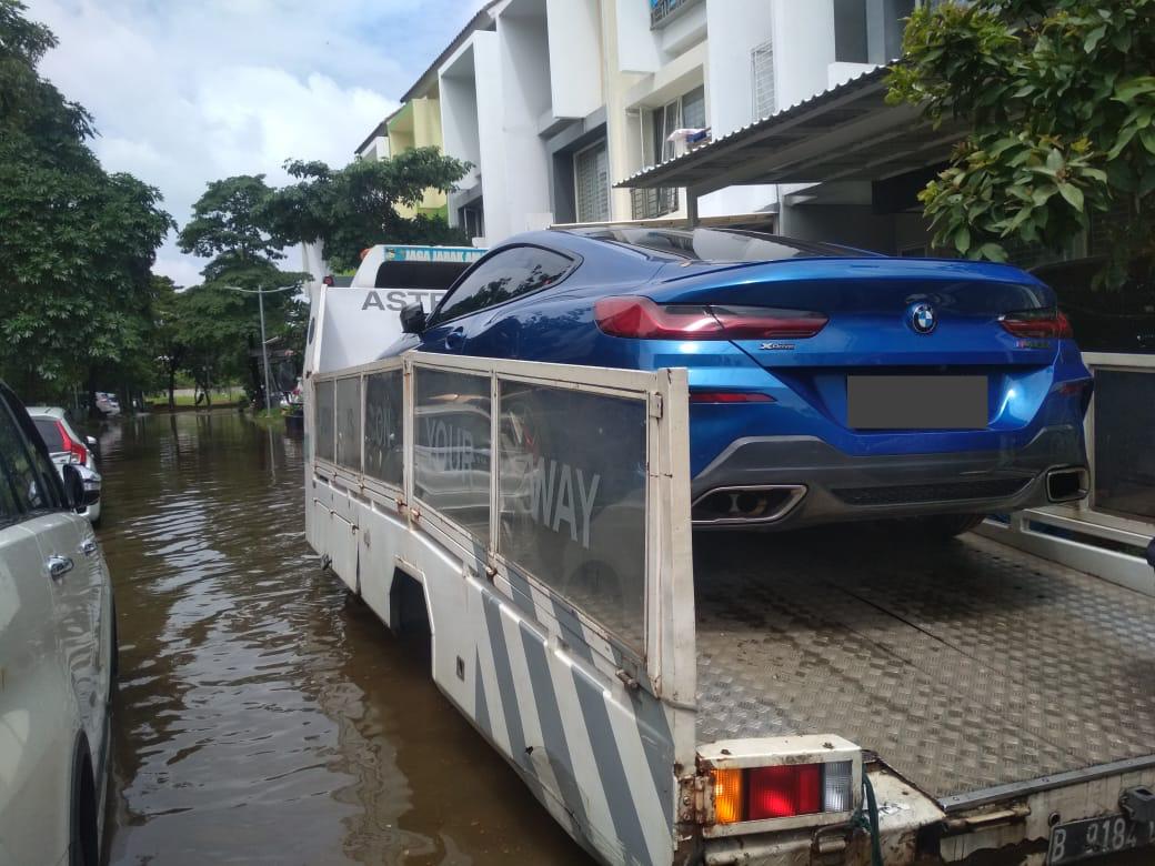 Layanan evakuasi gratis untuk kendaraan yang terendam banjir. (foto: bmw astra)
