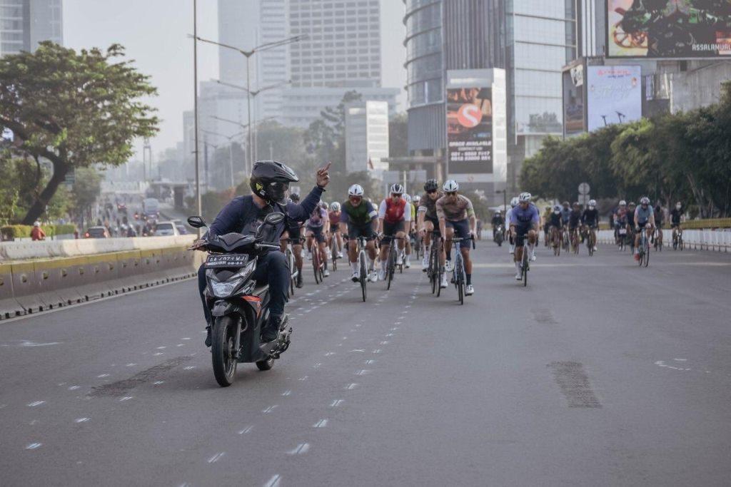 Pengendara motor versus pesepeda acungkan jari tengah (foto Twitter)