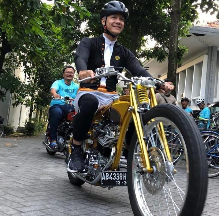 Ganjar Pranowo mengendarai motor custom (Foto: IG Ganjar Pranowo)