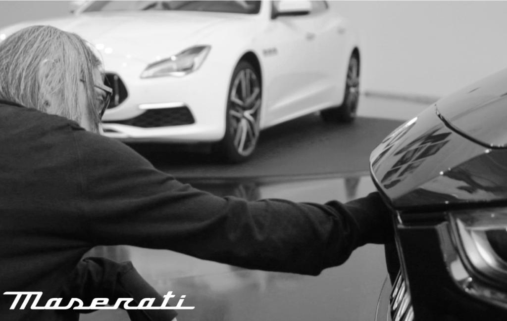 Hiroshi Fujiwara memperhatikan dengan seksama desain gril Maserati (Maserati)