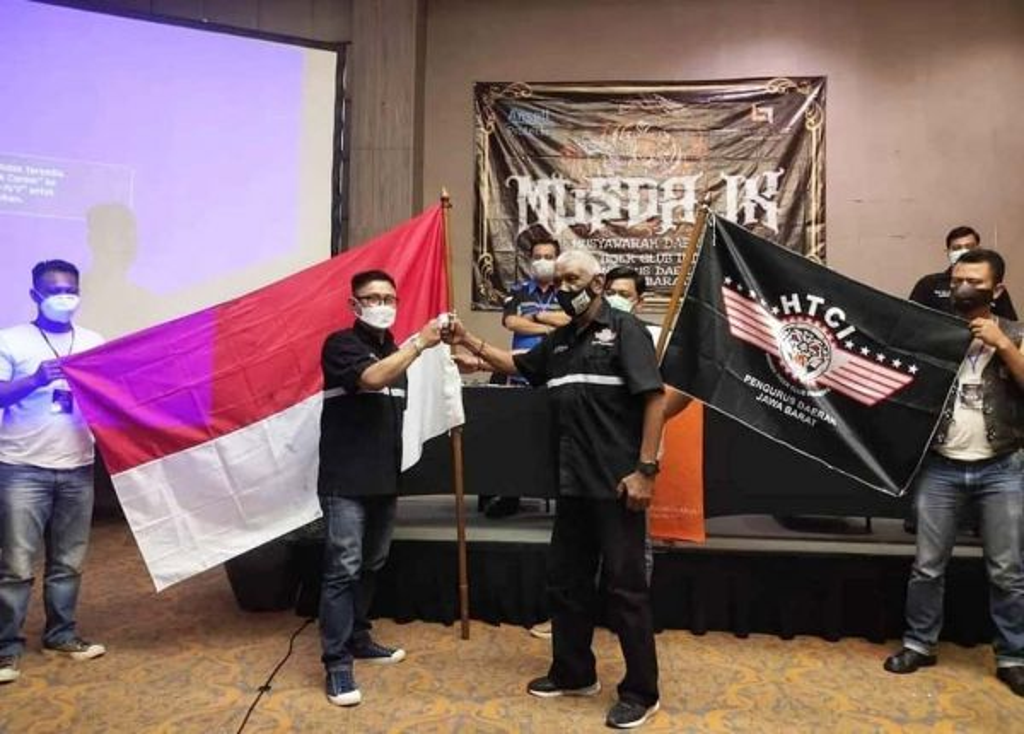 Ketua Baru terpilih (dua dari kiri) mendapat salam dukungan dari senior HTCI (Foto: Detic)