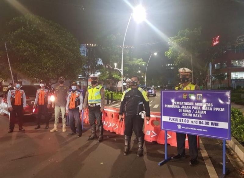 Aparat kepolisian bersiaga menerapkan PPKM Darurat (Foto: IG TMC Polda)