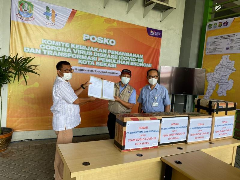 Donasi APD untuk gugus tugas Covid-19 Bekasi (Foto: Bridgestone Indonesia)