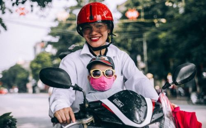Orang tua mengendarai motor bersama anaknya (foto Pixabay)