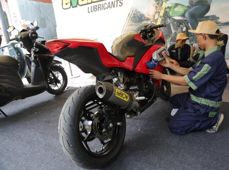 Mekanik saat melakukan penggantian oli motor (Foto: Evalube Oil)