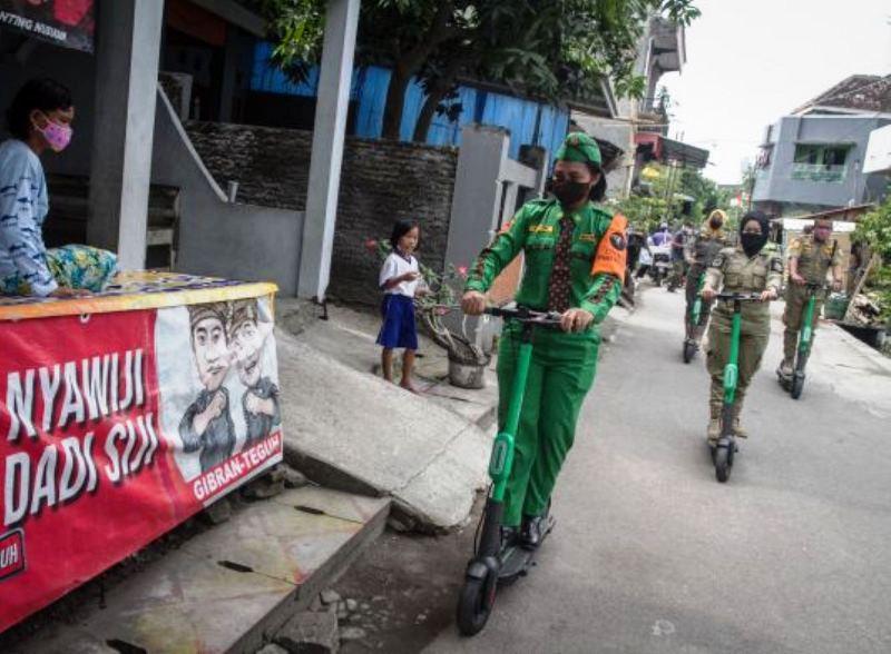 Satpol PP dan Linmas sosialisasi prokes menggunakan skuter listrik (Foto: Media Indonesia)