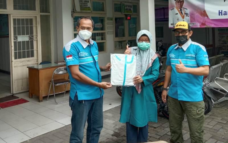 Anggota komunitas Trajet Family Club (TFC) Chapter Tangerang Selatan menyerahkan donasi berupa APD ke Puskesmas Ciputat (Foto: TFC Chapter Tangsel)