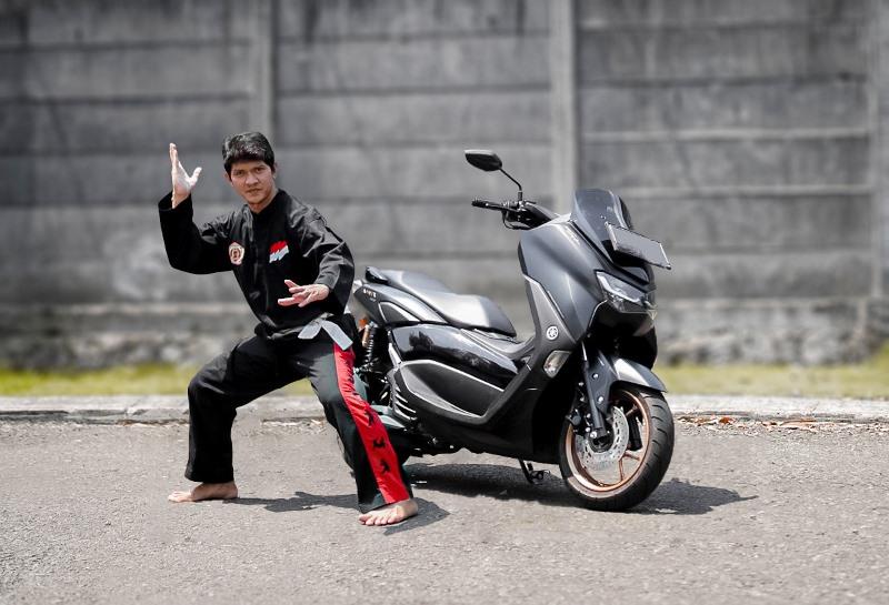 Iko Uwais mengaku sebagai salah satu pecinta motor buatan Yamaha (Foto: Instagram Iko Uwais)