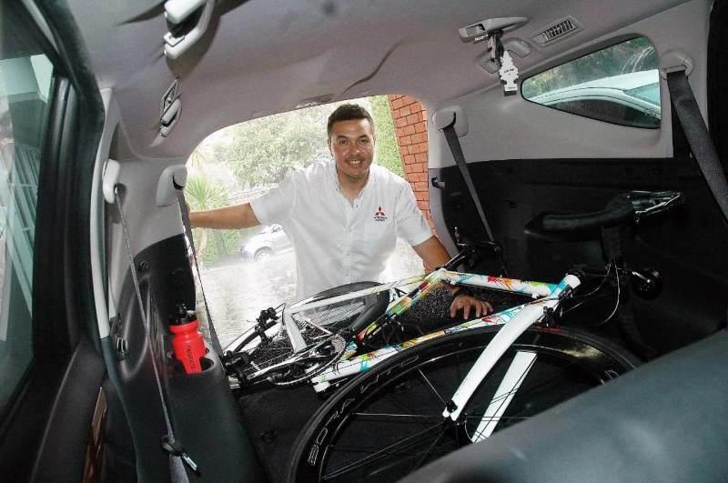 Rifat Sungkar memberi tips cara memasukkan sepeda ke dalam mobil (Foto: Instagram Rifato)