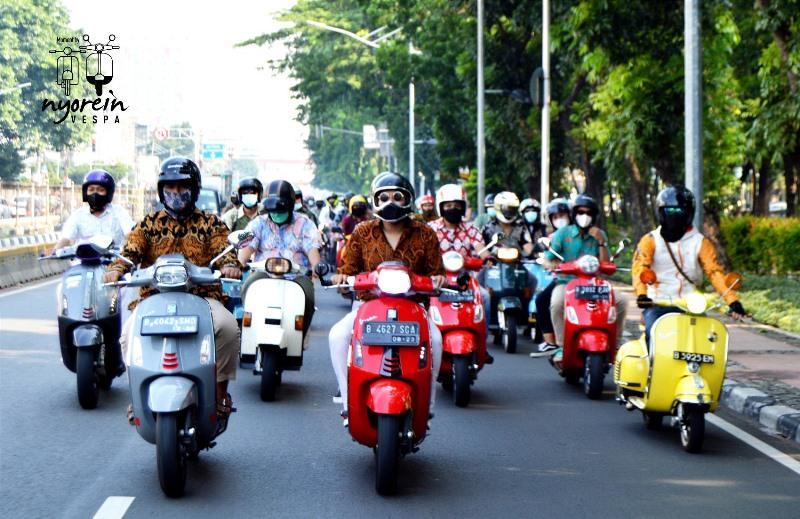 Komunitas Vespa rayakan hari batik 2021 dengan riding keliling kota dengan menggunakan baju batik (Foto: Nyorein Vespa)