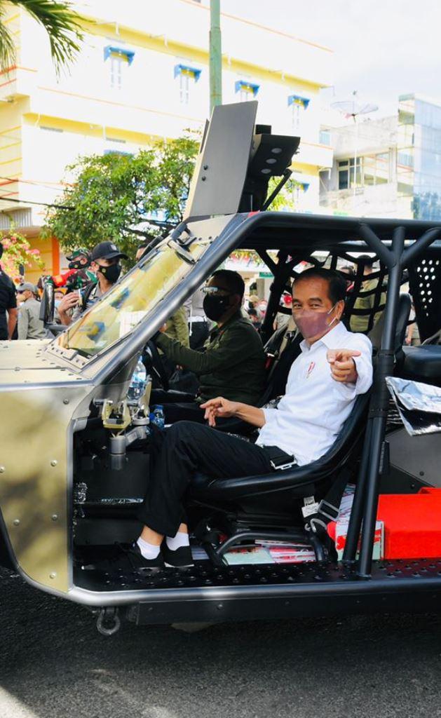 Jokowi menggunakan Rantis P6 ATAV V1 buatan Indonesia saat melakukan kunjungan ke Kalimantan (Foto: Setpres)