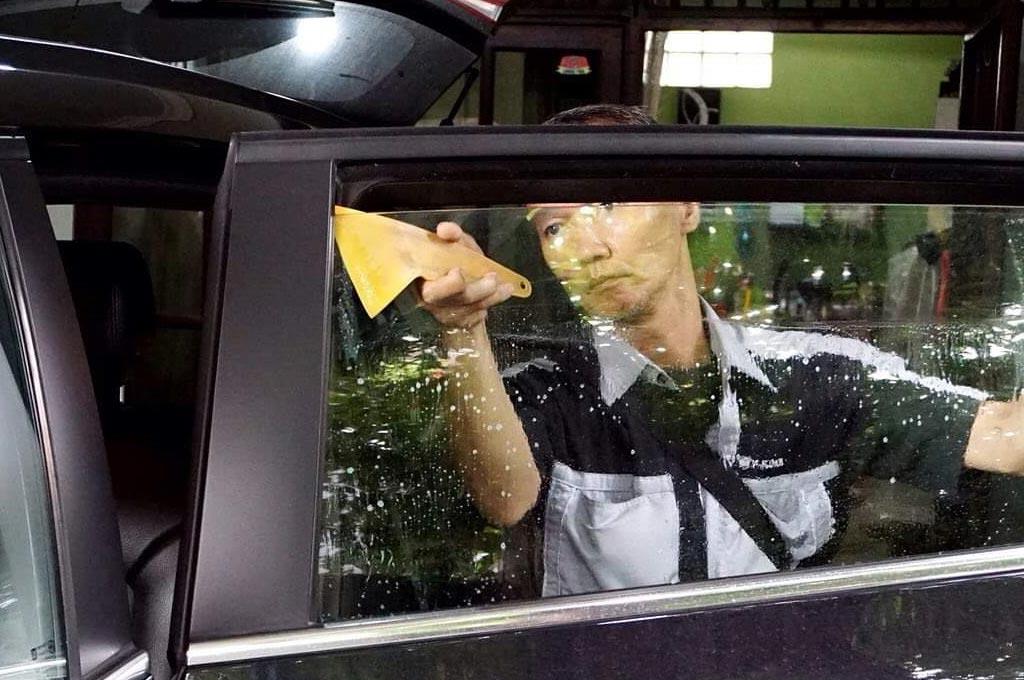 Mobil-mobil mewah wajibkan kaca film berkualitas, teknologinya wajib bikin adem kabin. V-Kool