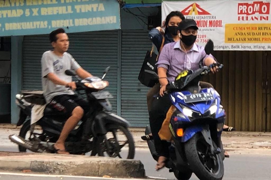 Selama PSBB, pengendara motor patuhi anjuran penggunaan masker namun lupa pentingnya helm. ahmad garuda